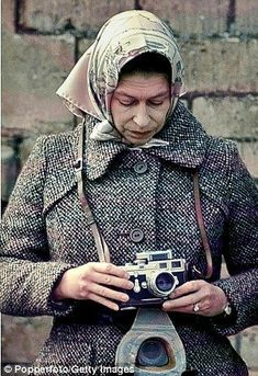 A new photographic display celebrating the Queen's reign is to go on show at Buckingham Palace on the day she becomes the longest reigning monarch Elizabeth Queen Of England, Young Queen Elizabeth, Elizabeth Philip, Girls With Cameras, Old Cameras, British History, Asian History, Tudor History, Royals