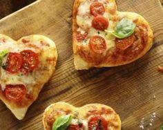 Mini pizzas tomate-basilic pour la Saint-Valentin : http://www.fourchette-et-bikini.fr/recettes/recettes-minceur/mini-pizzas-tomate-basilic-pour-la-saint-valentin.html