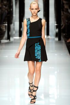 See the complete Versace Spring 2011 Ready-to-Wear collection.
