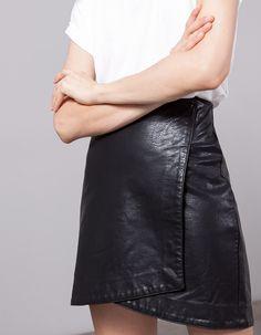 c2677196661f Na Stradivarius encontrarás 1 Saia páreo efeito couro para mulher por  apenas… Short Skirts,