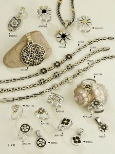 Pulseras, dijes y anillos con diseños de flores.