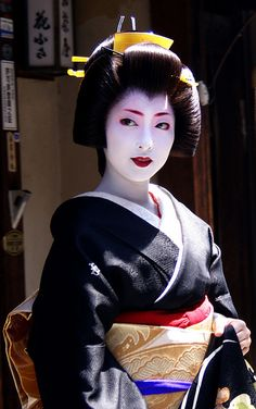 Geisha-terms Glossary (still in progress) A - Atatori - An atatori is the heir to an okiya or ochaya. They are often biological daughters of the proprietresses (Geisha are allowed and even encouraged. We Are The World, People Of The World, Japanese Kimono, Japanese Art, Japanese Castle, Japanese History, Japanese Beauty, Asian Beauty, Japonese Girl