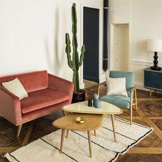 Salon vintage, canapé et fauteuil velours | vintage living room, bel cet sofa and armchairs | Red Edition et tapis Fragments