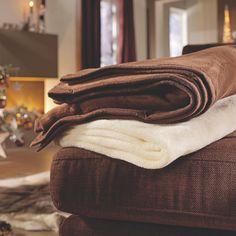 Sie lieben diese Wohndecke: Cremefarben ist ihre Farbe und enorm kuschelig ihre Ausstrahlung. Der moderne Uni-Look in der Größe ca. 150 x 200 cm lädt zum Träumen und Relaxen ein. Schließlich haben Sie sich Ihre Freizeit verdient! Hochwertige Mischgewebsfasern garantieren, dass Sie lange von dieser Wohndecke begeistert sein werden.
