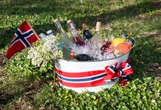 Slik pynter du til mai - Enkle tips Norwegian Flag, Constitution Day, Public Holidays, 4th Of July Celebration, Time To Celebrate, Norway, Red And White, Diy And Crafts, Christmas Gifts