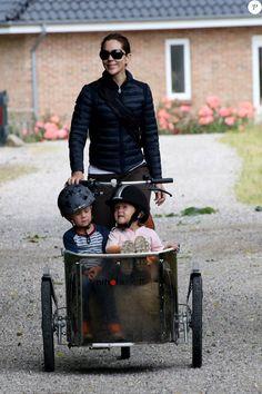 Sortie à vélo, le 8 juillet 2015, pour le prince Frederik et la princesse Mary de Danemark, avec le prince Christian et les jumeaux le prince Vincent et la princesse Josephine.