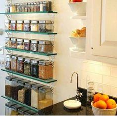 Prateleiras de vidro para organizar a cozinha.