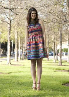 love the patterned dress paired with simple shoes and no accessories. Simplicity is key :-)