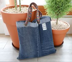 How to make denim bag from recycled old jeans Zipper Pouch Tutorial, Felt Tutorial, Clutch Tutorial, Shirt Tutorial, Diy Tutorial, Denim Purse, Felting Tutorials, Bag Tutorials, Denim Crafts