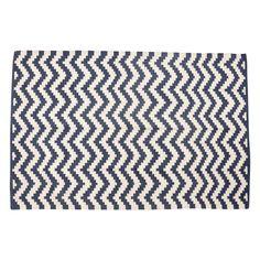 Pletený kobereček se vzorem cik caků a modro-bílém provedení od dánské značky Hübsch A/S, bellarose.cz