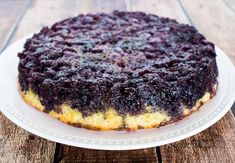 Down Cake Blueberry Upside Down Cake - This blueberry dessert is an easy cake to make and is covered with caramelized blueberries.Blueberry Upside Down Cake - This blueberry dessert is an easy cake to make and is covered with caramelized blueberries. Pear And Almond Cake, Almond Cakes, Blueberry Desserts, Blueberry Cake, Blueberry Syrup, Easy Cakes To Make, How To Make Cake, Blueberry Upside Down Cake, Cheesecake Recipes