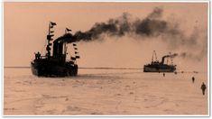 Ihmiset kävelivät jäätä pitkin vastaanottamaan kahta jääkäreitä Vaasaan kuljettanutta alusta. Etujoukko saapui 18.2.1918 Harald Öhquistin johdolla aselasteissa olleilla Mira- ja Poseidon -laivoilla. History, Historia