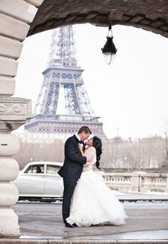 Winter wedding in Paris  I tottaly love this picture! obviously because of the Effile Tower in the back ground:)