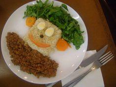 Carne moída, pão de centeio,, ovos, verdura
