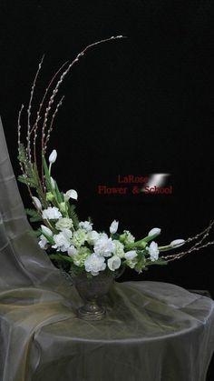 sp on Blumengestecke Contemporary Flower Arrangements, Creative Flower Arrangements, Ikebana Flower Arrangement, Church Flower Arrangements, Church Flowers, Floral Arrangements, Flowers Garden, Deco Floral, Arte Floral