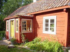Elins Stuga: Min bror och svägerska bjuder in oss i sitt torp Red Cottage, Cottage Style, Door Canopy Modern, Ochre Lighting, This Old House, Norwegian House, Sweden House, Red Houses, Scandi Home