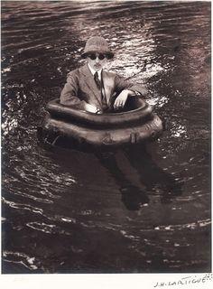 Fotografía de Jacques Henri Lartigue, Zissou en su bote neumático, 1911.