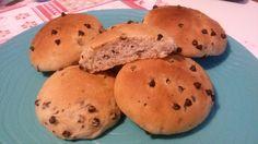 Pan gocciole senza latte, uova e burro I pan goccioli senza latte, uova e burro sono dei panini sofficissimi con gocciole di cioccolato. Ottimi per una sana e golosa colazione o merenda.