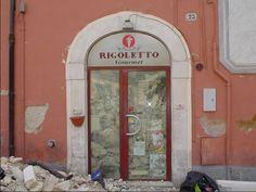 Quante volte sono entrato in questo negozietto di Piazza Palazzo negli anni con Mary - una passeggiata al centro qualche piccola spesa ...