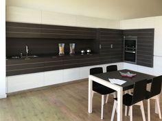 Composición de cocina en modelo con tiras de aluminio, color madera, y modelo con tirador embutido en color blanco Kitchen In, Conference Room, Table, Furniture, Home Decor, Modern Closet, White Colors, Closets, Kitchens