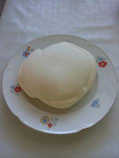 Hajde da pravimo sir... pa posle od sira šta nas volja !!!  1 litar punomasnog mlijeka 100 ml vrhnja za kuhanje dobar prstohavt soli 30 g soka od limuna