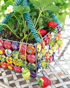 upcycling - bottle top and wire basket Bottle Cap Projects, Bottle Cap Crafts, Bottle Cap Art, Bottle Top, Beer Bottle, Fun Crafts, Diy And Crafts, Arts And Crafts, Diy Projects To Try
