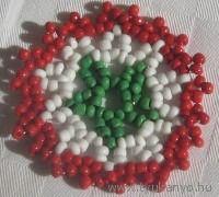 Kokárda gyöngyből - minta Christmas Wreaths, March, Lily, Beads, Holiday Decor, Crafts, Climbing, Necklaces, Projects