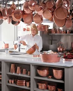 For Martha, falling in love with classic French cuisine meant falling in love with copper cookware. Years (and many pots and pans) later, her passion continues. Learn why this material endures as the benchmark of quality in the kitchen. Rose Gold Kitchen, Copper Kitchen, Cles Antiques, Copper Cooking Pan, Copper Pans, Copper Metal, Copper Decor, Interior Modern, Antique Copper