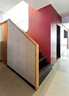 Escalera en chapa de acero; pavimento en microcemento color cemento.