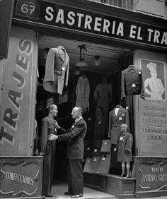 Sastrería en la calle Hospital, Barcelona 1950s. Francesc Catalá-Roca