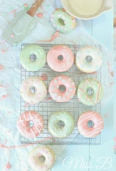 Pastell-Traum: Gebackene Vanille-Donuts (Miss Blueberrymuffin) Baked Donuts, Donuts Donuts, Pastel Party, Delicious Donuts, Cute Desserts, Homer Simpson, Aesthetic Food, Aesthetic Pastel, Pretty Pastel