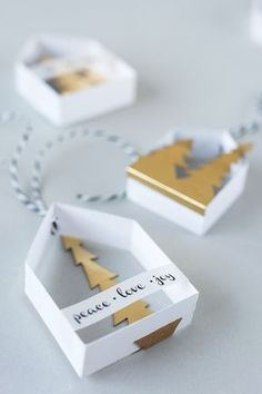 Beschriftete Papierhäuschen als Baumschmuck zum Selbermachen.