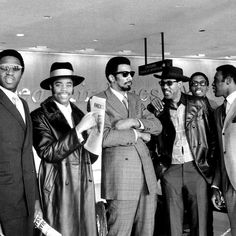 The New York Knicks arrive from Cincinnati at LaGuardia Airport: (left to right) Captain Willis Reed, Walt Frazier, Nate Bowman, Dave Stallworth, Dick Barnett and Cazzie Russell. New York Basketball, Basketball Legends, Basketball Players, College Basketball, Basketball Baby, Basketball Photos, Basketball Socks, Nba Players, Nba Champions