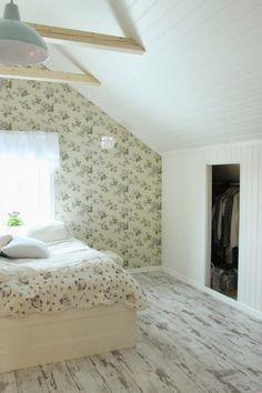 живет в романтическом потертый шик спальне чердак обои цветочный узор встроенный шкаф