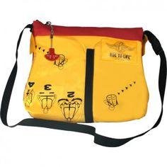 """Die originelle Tasche """"Classic Flyer Red"""" aus wiederverwerteter Rettungsweste ist hipper, langlebiger Begleiter durch den Tag. Entsorgte Rettungswesten von Bag to Life bieten ein völlig neues Designerlebnis."""
