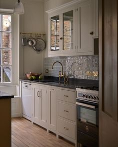 A beautifully simple galley kitchen in bustling Covent Garden - cottage kitchens Shaker Kitchen, Little Kitchen, Kitchen Pantry, Kitchen Dining, Kitchen Decor, Kitchen Ideas, Kitchen Layouts, Kitchen Stove, Covent Garden