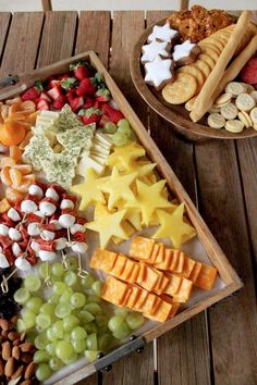 Holiday Cheese Platter for Kids - SevenLayerCharlotte holiday Christmas cheese tray for kids Christmas Nibbles, Christmas Cheese, Christmas Appetizers, Christmas Tea, Food Platters, Cheese Platters, Party Platters, Nibbles Ideas, Snacks Ideas