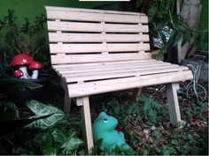 Aprenda com um passo a passo super fácil, como fazer um banco de jardim usando um estrado de madeira. São apenas 5 passos.
