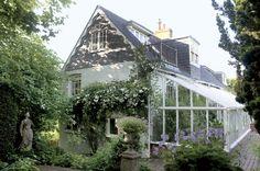 Monk's House è la casa dove tra il 1919 e il 1941, quando si lasciò morire annegandosi nel fiume, Virginia Woolf scrisse la maggior