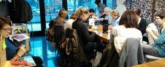Gomitoli di lana, ferri da maglia, cappuccino e brioche. È questa la ricetta del Mister Lino, a Reggio Emilia, un bar che è anche un luogo di ritrovo dove riscoprire l'antica arte del lavoro a maglia. Lino Alberini, imprenditore che opera da anni nel campo della torrefazione, l'ha inaugurato l'8 dicembre, con in mente l'idea …