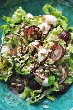 Kardamonowy: Sałatka z winogronami i mozzarellą Ensalada Rusa Recipe, Ensalada Thai, Salad Recipes, Diet Recipes, Cooking Recipes, Mozzarella, Healthy Recepies, Emergency Food, Slow Food