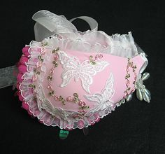 Handbags made from bras are popular and are generally made and sold as a way to promote the fight against breast cancer and promote awareness. Unique Handbags, Unique Purses, Handmade Purses, Purses And Handbags, Unique Bags, How To Make Purses, How To Make Handbags, Old Bras, Hat Crafts