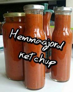 Hemmagjord ketchup är verkligen himla gott så det tycker jag att du ska göra hädanefter - för det kommer jag att göra! Jag valde att prova på 3 olika smaksättningar för att hitta min favorit och jag gillade alla tre väldigt mycket. Även familjen tyckte om dem. Jag har valt att göra denna ketchup utan socker för jag tycker att det är en onödig ingrediens när det redan blev väldigt god sötma från tomaterna jag hade. Vinägern ger ketchupen längre hållbarhet.Det går bra att utesluta gul lök och… Vegan Recepies, Raw Food Recipes, Snack Recipes, Healthy Recipes, Food N, Food And Drink, I Love Food, Good Food, Dinner With Friends
