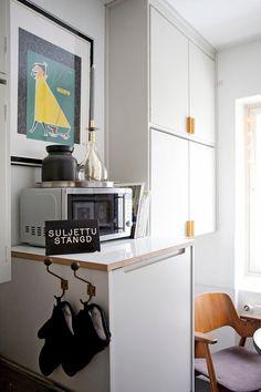 """""""Vanhat ja uudet kaapistot maalattiin samalla mudanharmaalla sävyllä. 1950-luvun keittiö täydentyi Asmo Norosen suunnittelemilla moderneilla Helno Töölö -malliston kaapistoilla. Ovien taakse integroitiin myös astianpesukone."""" Decor, Standing Desk, Desk, Furniture, Kitchen, Kitchen Dining, Home Decor, Office Desk, Dining"""