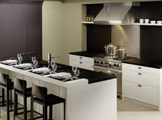 Chateau & Palais - A modern approach to a traditional kitchen Large Kitchen Cabinets, Kitchen Cabinets Showroom, Kitchen And Bath, Pantry Cabinets, Transitional Doors, Transitional Kitchen, Free Kitchen Design, Modern Kitchen Design, Wood Mode