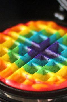 Waffles de colores: | 24 Deliciosas recetas de arcoíris que le darán color a tu paladar