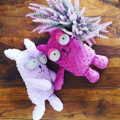 LOVE IS ALL AROUND 🐱🐱🌸💘 #cat #plushcat #plushies #plushie #handmadedolls #dollmaker #stuffedanimal #etsybaby #etsybabyshop #funny #softtoy #gift #kitten #love #dladziecka #przytulanka #maskotka #pokojdziecka #catlover #forkids #etsytoy #mice #plushie #biglove❤️ #softtoy #pink #bestfriend #violet