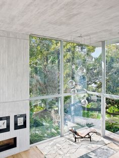 En la sala a doble altura, chaise longue LC4 de Le Corbusier para Cassina, alfombra Beni Ouarain, en Gonsenhausers Fine Rugs, y conjunto de lámparas colgantes Bolio de Viso. Dibujos de Miró y, debajo, chimenea de leña de Piazzetta.