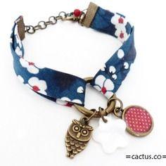 """Bracelet  biais bleu """" fleur du japon """" hibou, breloque pois rouge et sequin nacre"""