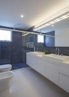 Campo Belo - Banheiro com duas cubas, nicho no box e chuveiro de teto.